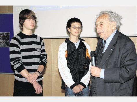 """""""Es gibt wenige Städte, die sich so mit diesem Thema befassen"""": KZ-Überlebender Mannheimer im Gespräch mit Nino Wenzel (links) und Patrick Kaufmann. Foto hon"""