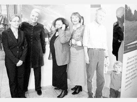 Sie nahmen die Wanderausstellung genau in Augenschein (von links): Marie Hesse, Vorstand der Bayerischen Stiftung Hospiz, Rosenheims Oberbürgermeisterin Gabriele Bauer, Reinhilde Spiess, Vorsitzende des Jakobus-Hospizvereins für Stadt- und Land Rosenheim, und Schauspielerin Ilona Grübel. Foto Wunsam
