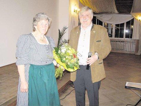 Resi Moser, die für ihr 50-jähriges Engagement einen Blumenstrauß bekam, mit dem Vorsitzenden Hubert Kienzl. Foto : Ständer