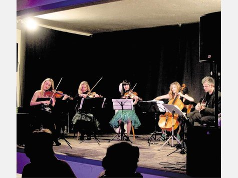 "Luciana Beleaeva, Beate Palier, Mascha Beleaeva, Fany Kammerlander und Knud Mensing (von links) in ""Auers Livebühne"" in Neubeuern. Foto Binder"