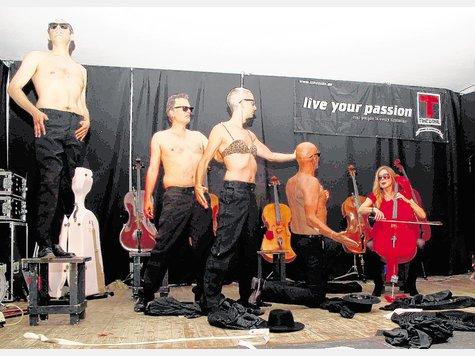 """""""Je t'aime"""" - Fany Kammerlander (rechts) weiß mit den vier Herren der Cello-Mafia umzugehen. Foto Binder"""