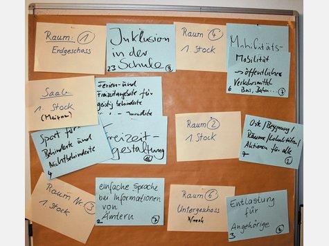 Themenauswahl an der Pin-Wand: In verschiedenen Arbeitsgruppen wurden die wichtigsten Fragenkomplexe von den Teilnehmern auf der Teilhabekonferenz erörtert. Foto engelhardt