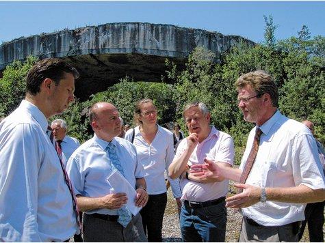 2010 erläuterten Minister Dr. Marcel Huber (rechts) und Bundestagsabgeordneter Stephan Mayer Finanzstaatssekretär Hartmut Koschyk (Zweiter von links) Geschichte und Probleme des Bunkergeländes. Mit dabei war Gedenkstättenstiftungsvorstand Karl Freller (Zweiter von rechts).