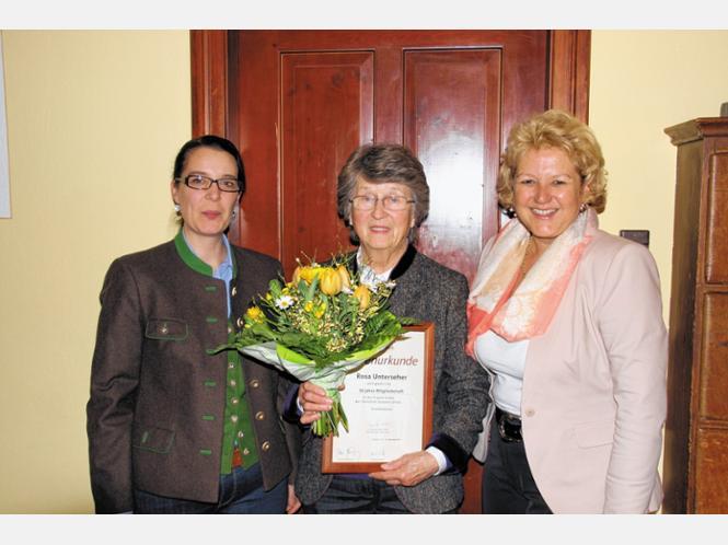 Rosa Unterseher (Mitte) wurde von Andrea Schneebichler (links) und Kreisvorsitzender Sabine Balletshofer für 50 Jahre Mitgliedschaft ausgezeichnet. Foto Schwitteck