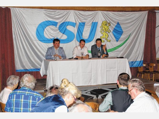 Generalkonsul Vadym Kostiuk, der JU-Kreisvorsitzende Florian Gerthner und Bundestagsabgeordneter Tobias Zech (von links) diskutierten über den Ukrainekonflikt. Foto Schwtteck