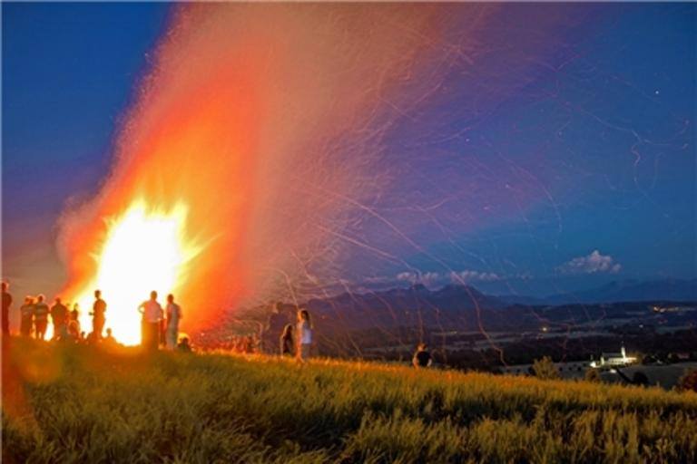 Sonnwendfeuer mit Panoramablick