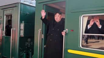 Auf diesem von der nordkoreanischen Regierung zur Verfügung gestellten Foto winkt der nordkoreanische Machthaber Kim Jong Un in der Tür aus einem Zug, bevor er den Bahnhof in Richtung Vietnam verlässt.