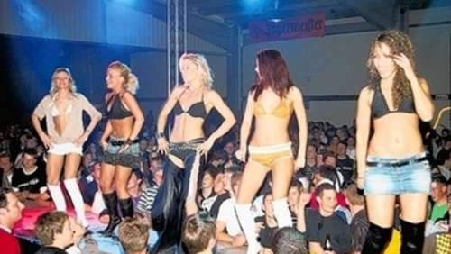 Ansturm auf Coyote-Ugly-Party in Tuntenhausen