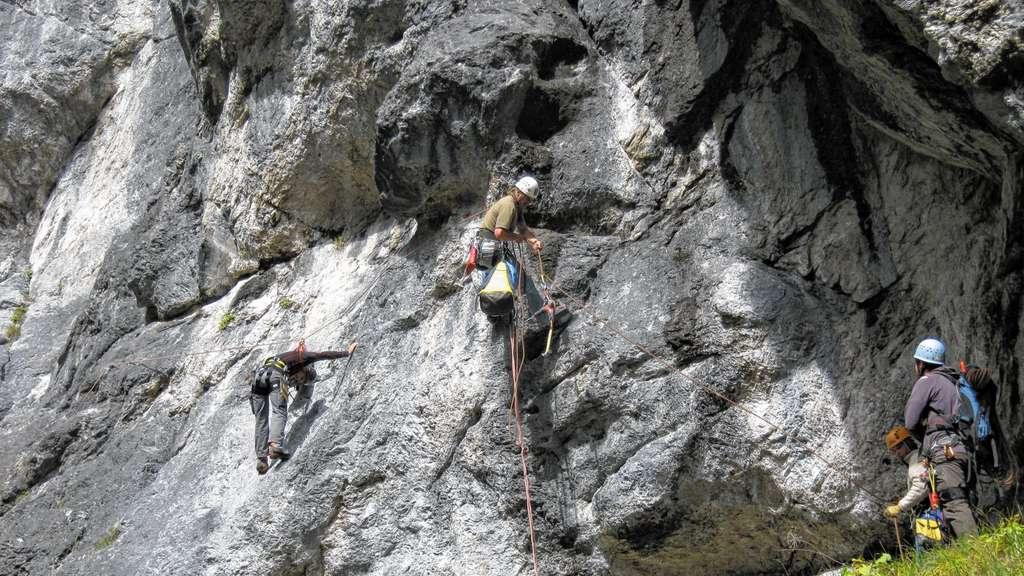 Klettersteig Reit Im Winkl : Paar mit kletterausrüstung in den bergen gamssteig klettersteig