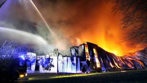 Papierfabrik in Ratingen steht in Flammen