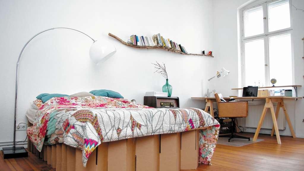Bett und Tisch aus Pappe | Chiemgau