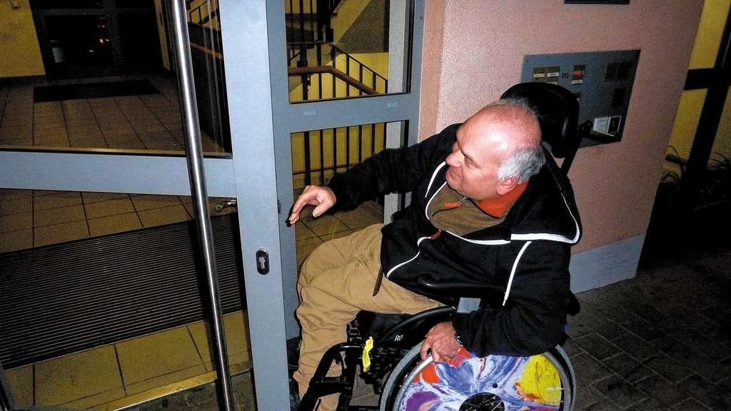 Rollstuhlfahrer hilflos vor defekter Haustür | Rosenheim Stadt