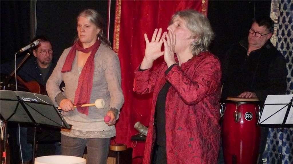 """Eine faszinierende und einzigartige Gesamtkomposition aus Wort und Klang, genossen die Zuschauer bei der Gilgamesch-Epos-Erzählung von Annette Hartmann in der Theater-Strickerei in Grabenstätt. Die Band """"Triebwerk9"""" sorgte für die passenden Klänge. Müller"""