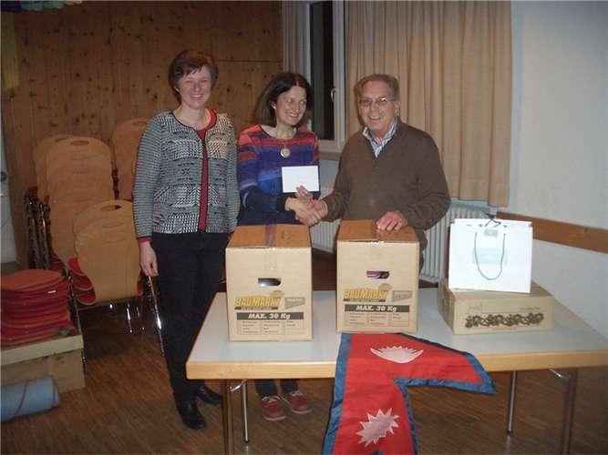 Bei der Übergabeder Brillen von links: Elisabeth Neuhäusler, Katja Dörig und Otto Ruhland. re