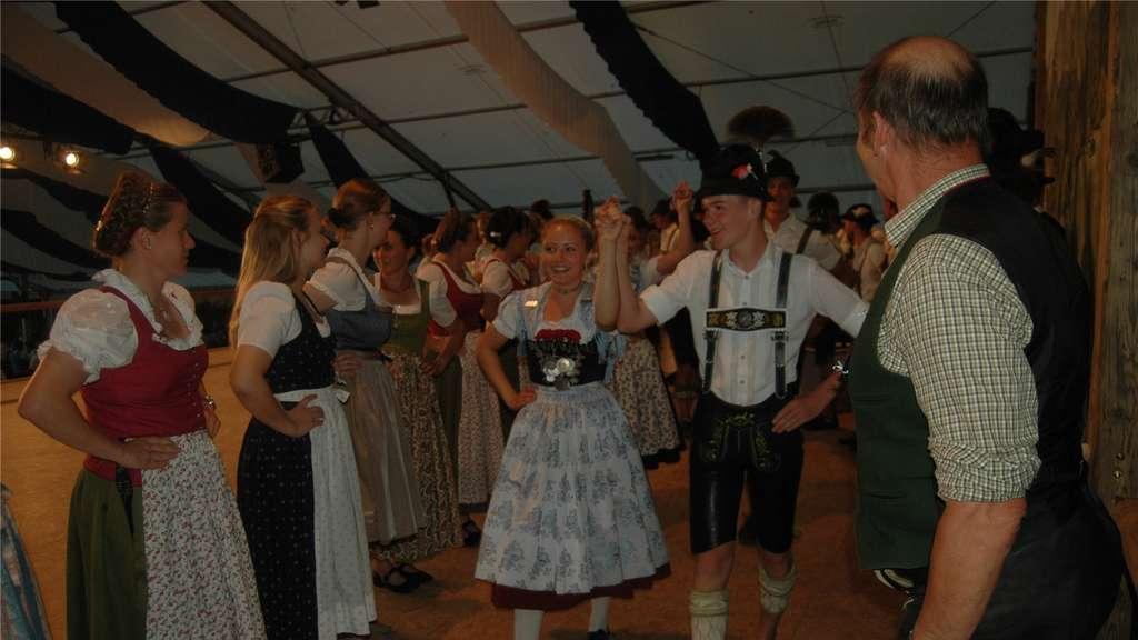 Trotz der großen Hitze im Zelt war das Chiemgauer Tanzfest, das die ...