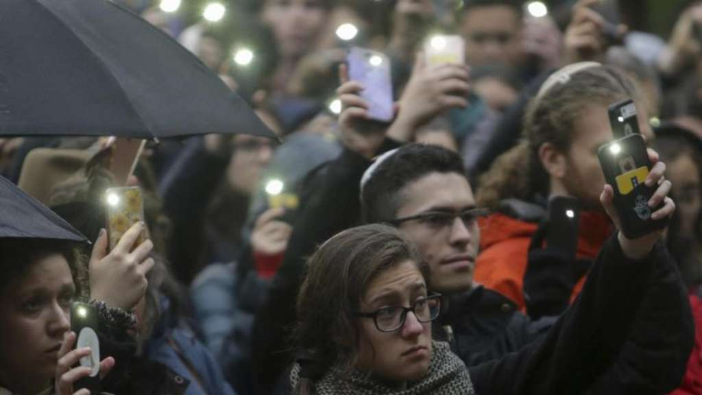 Menschen versammeln sich an der University of Michigan Diag zu einer Mahnwache als Reaktion an die Opfer des Attentats in Pittsburgh. Foto: Nikos Frazier/Jackson Citizen Patriot/AP