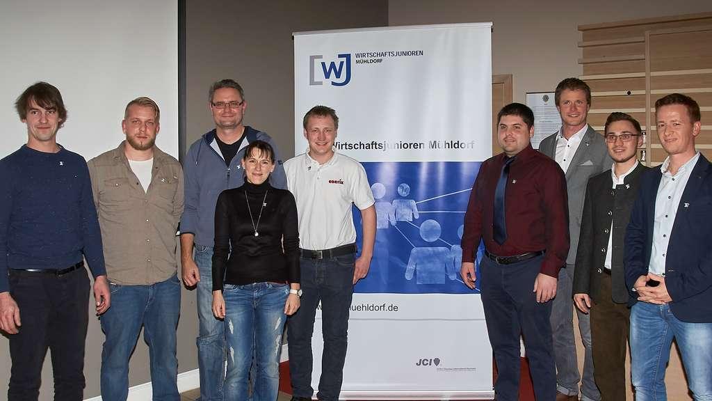Sieben neueMitglieder begrüßten Vorstandssprecher Alexander Bitzer (Dritter von rechts) und sein Stellvertreter, Fabian Engelmayer (Zweiter von rechts), in den Reihen der Wirtschaftsjunioren Mühldorf. kch