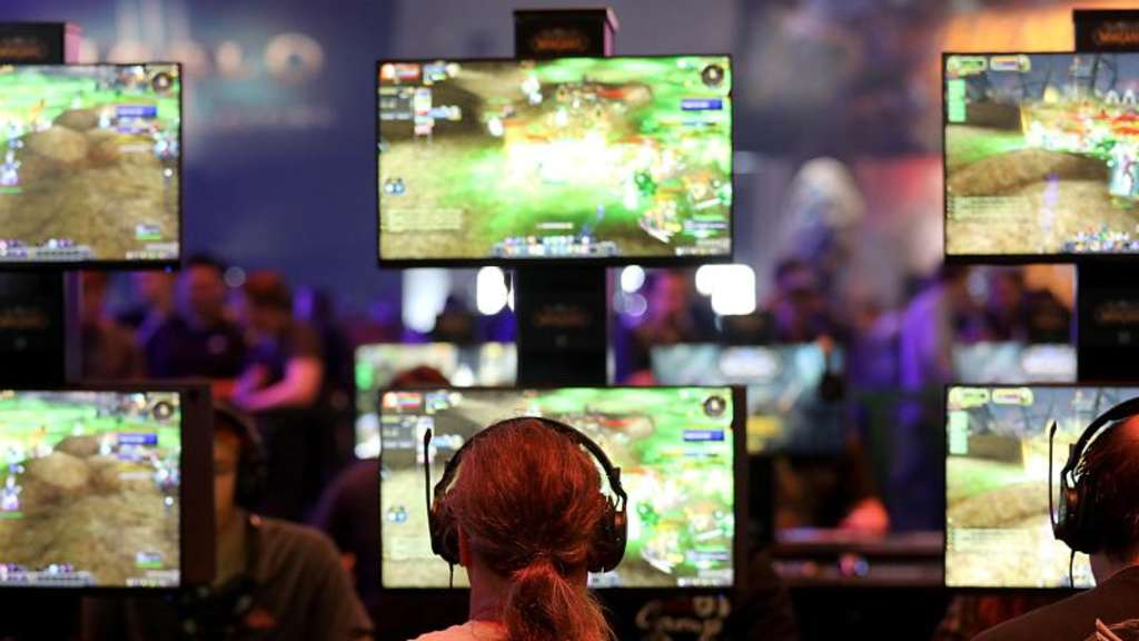 "Besucher der Gamescom spielen ""World of Warcraft"" des Spielentwicklers Blizzard Entertainment. Foto: Oliver Berg/dpa"