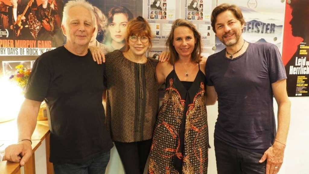 Holt die Stars in die Kinos der Region 18: Marie Theres Kroetz Relin (Zweite von rechts), hier mit Kinobetreiber Christoph Loster (Stadtkino Trostberg), Katja Ebstein sowie Regisseur Hans Steinbichler (rechts). Region 18
