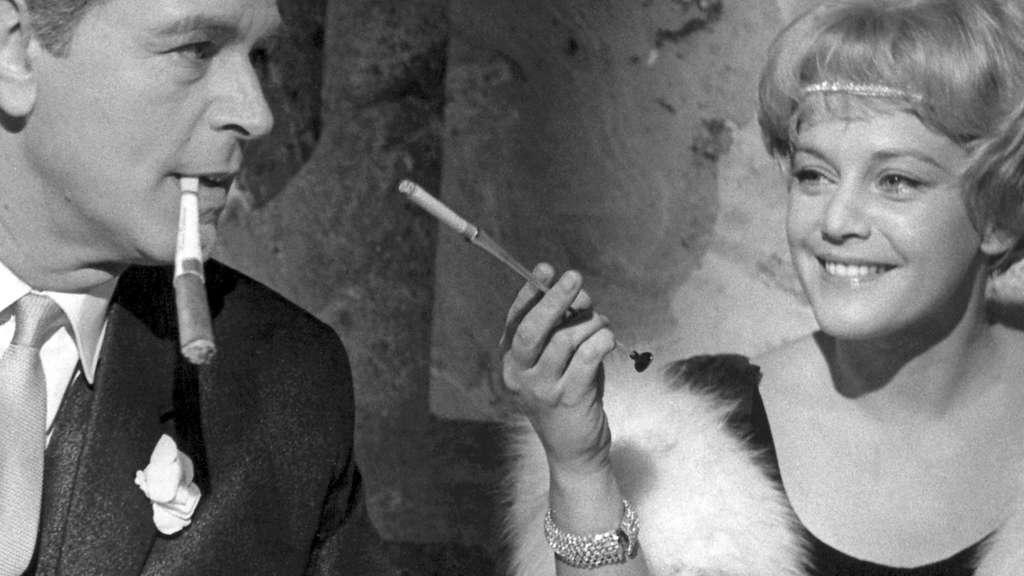 """Maria Schell und O. W. Fischer während den Dreharbeiten zum Film """"Das Riesenrad"""" 1961."""
