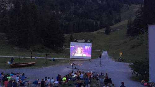 Open-Air-Kino mit Flair in den Bergen genießen
