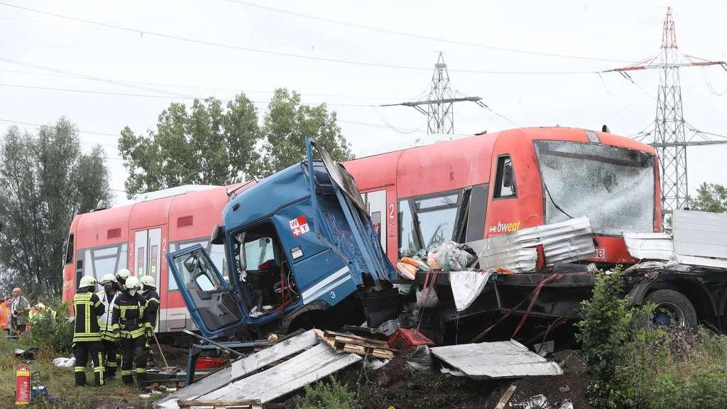 23709336 Herbertingen Unfall Bahnuebergang Zug Laster Einsatz 2uOLkF2DXna7